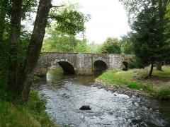 Pont dit Pont de la Tour sur la rivière L'Isle (également sur communes de Saint-Yrieix-la-Perche, en Haute-Vienne, et Jumilhac-le-Grand, en Dordogne) - Français:   Côté amont, le pont de la Tour sur l\'Isle, en limites du Chalard, de Jumilhac-le-Grand et de Saint-Yrieix-la-Perche, France.