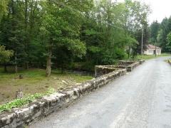 Pont dit Pont de la Tour sur la rivière L'Isle (également sur communes de Saint-Yrieix-la-Perche, en Haute-Vienne, et Jumilhac-le-Grand, en Dordogne) - Français:   La chaussée du pont de la Tour, en limites du Chalard, de Jumilhac-le-Grand et de Saint-Yrieix-la-Perche, France.