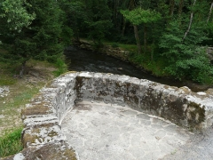 Pont dit Pont de la Tour sur la rivière L'Isle (également sur communes de Saint-Yrieix-la-Perche, en Haute-Vienne, et Jumilhac-le-Grand, en Dordogne) - Français:   Au niveau de la chaussée, l\'un des deux avant-becs du pont de la Tour, situé en limites du Chalard, de Jumilhac-le-Grand et de Saint-Yrieix-la-Perche, France.