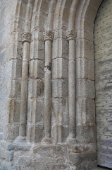 Eglise de l'Ordination de Saint-Martin - Deutsch: Katholische Kirche Saint-Martin-de-Tours in Eyjeauxim Département Haute-Vienne (Nouvelle-Aquitaine/Frankreich), Säulen und Kapitelle am Portal