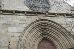 Eglise Saint-Etienne - Deutsch: Stiftskirche Saint-Étienne in Eymoutiers im Département Haute-Vienne (Nouvelle-Aquitaine/Frankreich), Archivolten des Portals und Kragsteine