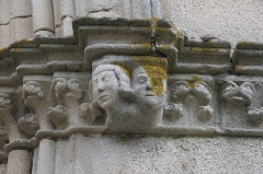 Eglise Saint-Etienne - Deutsch: Stiftskirche Saint-Étienne in Eymoutiers im Département Haute-Vienne (Nouvelle-Aquitaine/Frankreich), Konsolen an der Fassade