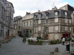 Fontaine des Barres - Français:   Place de la Fontaine des barres, Limoges, France.