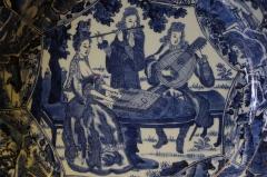 Musée national Adrien Dubouché et Ecole des Arts Décoratifs - Groupe de musiciens européens en plein air, peinture ornant un plat de la dynastie Qing destiné à l'exportation, fours de Jingdezhen, province du Jiangxi, vers 1700.  Décor réalisé d'après une gravure de Nicolas Bonnart.