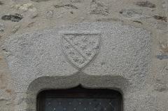 Eglise Saint-Martin - Deutsch: Katholische Kirche Saint-Martin in Linards im Département Haute-Vienne (Nouvelle-Aquitaine/Frankreich), Wappen über dem Seitenportal