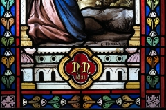 Eglise Saint-Martin - Deutsch: Katholische Kirche Saint-Martin in Linards im Département Haute-Vienne (Nouvelle-Aquitaine/Frankreich), Bleiglasfenster mit der Signatur: E. HIRSCH 1891; Darstellung: Maria erscheint Bernadette Soubirous; Ausschnitt unten