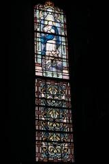 Eglise Saint-Martin - Deutsch: Katholische Kirche Saint-Martin in Linards im Département Haute-Vienne (Nouvelle-Aquitaine/Frankreich), Bleiglasfenster; Darstellung: Maria auf dem Halbmond stehend