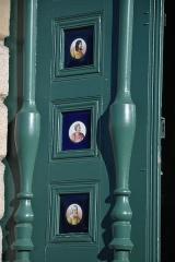 Eglise Sainte-Croix, Saint-Côme et Saint-Damien - Français:   Porte de l\'église de Pierre-Buffière (Haute-Vienne, France), ornée de figures de porcelaine \