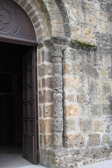 Eglise Saint-Julien - Deutsch:   Katholische Kirche Saint-Sauveur in Rochechouart im Département Haute-Vienne (Nouvelle-Aquitaine/Frankreich), Portal, Säule mit Kapitell