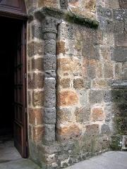 Eglise Saint-Julien -  Colonne de l\'église de Rochechouart, Haute-Vienne, France. L\'église a été fabriquée avec des pierres extraites des carrières de la région. Ces roches sont la conséquence d\'un impact météoritique qui a eu lieu il y a 214 millions d\'années car la ville se trouve dans l\'Astroblème de Rochechouart-Chassenon.