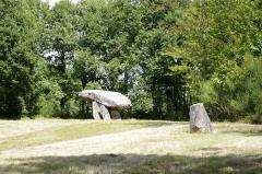 Dolmen et menhir dits de Chez Monteau - Français:   Dolmen et menhir de Chez Moutaud, commune de Saint Auvent, Haute Vienne