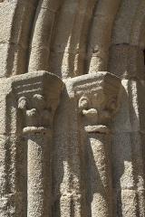 Eglise Saint-Gentien - Deutsch: Katholische Kirche Saint-Gentien in Saint-Gence im Département Haute-Vienne (Nouvelle-Aquitaine/Frankreich), Kapitelle am Portal