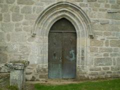 Eglise de Saint-Pierre-la-Montagne - Français:   Porte recouverte de feuilles de cuivre embouties.