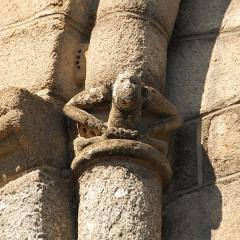 Église collégiale Saint-Léonard - Deutsch: Stiftskirche St.-Léonard-de-Noblat, Kapellenfenster, Kapitel mit Skulptur