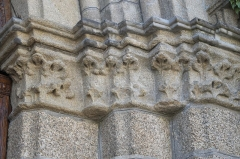 Eglise Saint-Victurnien - Deutsch: Katholische Pfarrkirche Saint-Victurnien in Saint-Victurnien im Département Haute-Vienne (Nouvelle-Aquitaine/Frankreich), Kämpferkapitelle am Portal