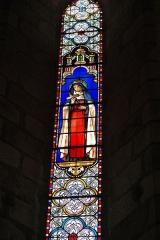 Eglise Saint-Victurnien - Deutsch: Katholische Pfarrkirche Saint-Victurnien in Saint-Victurnien im Département Haute-Vienne (Nouvelle-Aquitaine/Frankreich), Bleiglasfenster; Darstellung: Heilige Johanna