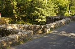 Pont dit Pont de la Tour sur la rivière L'Isle (également sur communes de Le Chalard, en Haute-Vienne, et Jumilhac-le-Grand, en Dordogne) - Deutsch: Le Chalard, Haute-Vienne, Frankreich - Der Fluss Isle und die Brücke aus dem Mittelalter