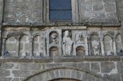 Eglise Saint-Pierre - Deutsch: Ehemalige Abteikirche St-Pierre-St-Paul in Solignac im Département Haute-Vienne (Nouvelle-Aquitaine/Frankreich), Skulpturen über dem Portal des nördlichen Querhauses