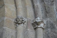Eglise Saint-Pierre - Deutsch: Ehemalige Abteikirche St-Pierre-St-Paul in Solignac im Département Haute-Vienne (Nouvelle-Aquitaine/Frankreich), Kapitelle am Portal des nördlichen Querhauses