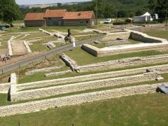 Vestiges archéologiques gallo-romains du lieudit Bois-l'Abbé - Français:   vue vers l\'est du sanctuaire et d\'une partie de la basilique