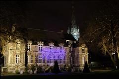 Château - Français:   La façade nord de la mairie d\'Harfleur et le clocher de l\'église Saint-Martin de nuit pendant les fêtes de fin d\'année 2012.