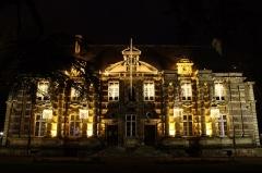 Château - Français:   La façade sud de la mairie d\'Harfleur de nuit pendant les fêtes de fin d\'année 2012.