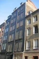 Immeuble - Français:   Rue Dauphine,  l\'une des plus vieilles maisons du Havre, XVIIe et XVIIIe siècles. Photo personnelle prise par l\'utilisateur Urban. Septembre 2004; GFDL  Urban Septembre 2004