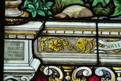 Eglise - Deutsch: Bleiglasfenster in der Kirche Notre-Dame in Neufchâtel-en-Bray im Département Seine-Maritime, Frankreich; Ausschnitt mit der Signatur: ATELIER MICHEL PETIT RESTAURATION 1995 THIVARS