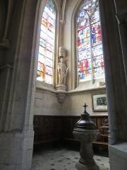 Eglise Saint-Godard - Baptistère sous la tour nord.