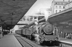 Gare rive droite - English: Rouen, Rive Droite station (Seine Maritime), with a southbound freight passing hauled by an État 2-8-2, 1956.