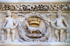 Hôtel de Bourgtheroulde -  Hôtel de Bourgtheroulde (Rouen) L'hermine, emblème d'Anne de Bretagne -  the ermine, Ann of Brittany's emblem. Hôtel de Bourgthéroulde, Rouen
