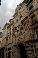 Ancien hôtel de ville - English: Rouen - Rue du Gros-Horloge - View NW on Left Part of Former l'Hôtel de Ville 1607 by Jacques Gabriel, inspired on Florentine Style - The Building on the right is a horrible fill-up of the Architectural U-shape in the Ground Plan