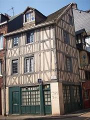 Immeuble - Français:   Immeuble 77, rue des Bons-Enfants, au croisement de la rue des Béguines.
