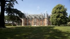 Château de Miromesnil (également sur commune de Saint-Aubin-sur-Scie) - This building is en partie classé, en partie inscrit au titre des monuments historiques de la France. It is indexed in the base Mérimée, a database of architectural heritage maintained by the French Ministry of Culture,under the references PA00101024   and PA00101064 .