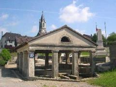 Lavoir - Français:   Fêche l\'Eglise (Territoire de Belfort), le lavoir du XVIIe siècle.  Photo prise au XXIe siècle, en mai 2004 par LP90  Licence GFDL   LP90 mai 2004