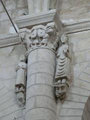 Ancienne abbaye Saint-Pierre - Chapiteau et statues de l'église abbatiale Saint-Pierre d'Airvault, Deux-Sèvres, France