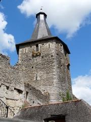 Château d'Airvault - Français:   Tour-porte du château d\'Airvault, Deux-Sèvres, France