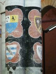 Eglise Saint-Hilaire - Français:   Armoiries de Philippe de Commynes (en haut à droite) et des seigneurs de Gourgé ou alentour peintes sur les colonnes de la nef, église Saint-Hilaire de Gourgé, Deux-Sèvres, France