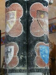 Eglise Saint-Hilaire - Français:   Armoiries de Philippe de Commynes (en haut à gauche) et des seigneurs de Gourgé ou alentour peintes sur les colonnes de la nef, église Saint-Hilaire de Gourgé, Deux-Sèvres, France