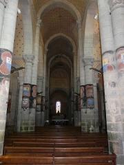 Eglise Saint-Hilaire - Français:   La nef de l\'église Saint-Hilaire de Gourgé (avec les colonnes décorées des armoiries des seigneurs de Gourgé), Deux-Sèvres, France