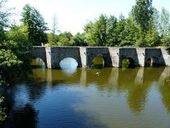 Pont - Français:   Pont roman de Gourgé sur le Thouet, Deux-Sèvres, France