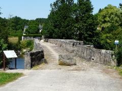 Pont - Français:   Pont roman de Gourgé, Deux-Sèvres, France