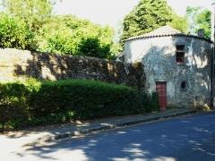 Château - Français:   La tour à droite de l\'entrée du château de Maisontiers, Deux-Sèvres, France