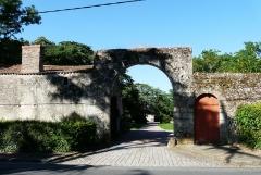 Château - Français:   Le portail d\'entrée du château de Maisontiers, Deux-Sèvres, France