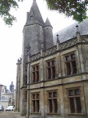 Ancien Palais de Justice, ancien Hôtel de Ménoc - Français:   L'hôtel de Ménoc, édifice composite aux tours d'escaliers de style gothique flamboyant Cet édifice est composé de deux tours d'escaliers datant de la 2e moitié du XVe siècle, de style gothique flamboyant et d'un corps de bâtiment du XIXe siècle.