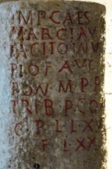 Ancien hôtel de ville, dit Le Pilori - Français:   Borne milliaire (leugaire) dédicacée à Marcus Claudius Tacite, provenant des fouilles effectuées vers 1847 dans la commune de Rom (Rauranum), et conservée dans les collections des musées communautaires du Niortais (n° inv. 847.1.1). La borne est exposée au musée du Donjon à Niort). Le texte de CIL XIII, 09062 CIL XVII2, 00433 sur Epigraphik-Datenbank Clauss-Slaby. Un dessin sur la base Mémoire du ministère de la Culture français.  Nota: Deux autres bornes proviennent de Rom, dont une, conservée aussi à Niort, est dédicacée à Tetricus Ier.