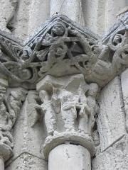 Restes de l'ancienne église Notre-Dame-de-la-Couldre - Façade de l'église Notre-Dame-de-la-Couldre à Parthenay (79). Portail. Détail. Chapiteau de l'ébrasement gauche.