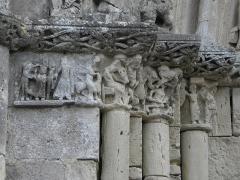 Restes de l'ancienne église Notre-Dame-de-la-Couldre - Français:   Façade de l\'église Notre-Dame-de-la-Couldre à Parthenay (79). Portail. Détail. Chapiteaux de l\'ébrasement gauche.