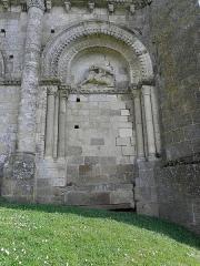 Ancienne église priorale Saint-Pierre de Parthenay-le-Vieux - Église Saint-Pierre de Parthenay-le-Vieux, Parthenay (79). Extérieur. Façade occidentale. Arcature droite.