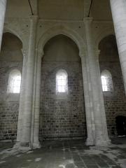 Ancienne église priorale Saint-Pierre de Parthenay-le-Vieux - Église Saint-Pierre de Parthenay-le-Vieux, Parthenay (79). Intérieur. Vue transversale de la nef vers le nord.